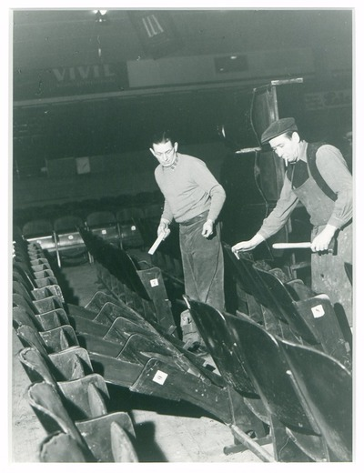 Nach der Vorstellung bei Lionel Hamton, umgestürzte Stuhlreihen werden wieder in Ordnung gebracht.
