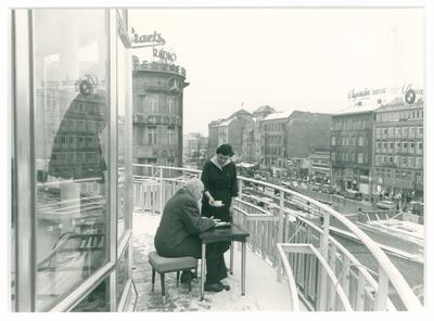 Blick aus der Rotunde des Kaffee Kranzler auf die Baustelle Kurfürstendamm, Ecke Joachimstaler Straße