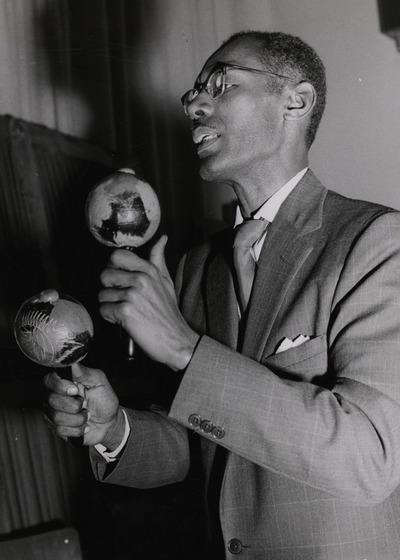 The Kings of the Caribbean: Neben den Tonnentrommeln schlägt ein Musiker den Takt mit den Kugelklappern