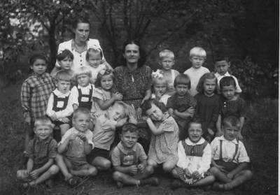 Nežinomas autorius. Beatričė Grincevičiūtė jaunystėje su vaikų darželio vaikais. 1950