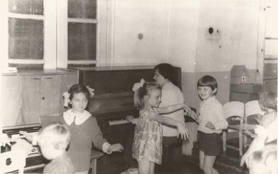 Nežinomas autorius. B. Grincevičiūtė moko vaikus. 1973-05