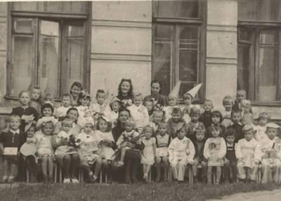 Nežinomas autorius. B. Grincevičiūtė jaunystėje su Vilniaus darželio vaikais