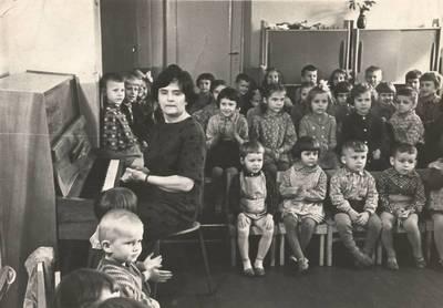 Nežinomas autorius. B. Grincevičiūtė su vaikais Vilniaus grąžtų gamyklos darželyje. 1963-04
