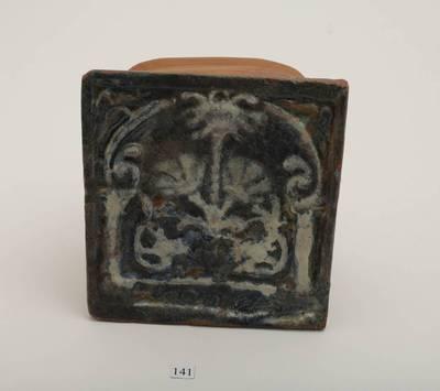 Plokštinis koklis, ornamentuotas augaliniu ornamentu - gvazdiku