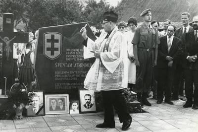 Paminklo pokario rezistencijos aukoms atminti Biržuose Švyturio g. pašventinimas. 1992