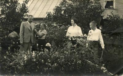Anupro Karaliaus šeima prie savo namų Biržuose. 1940