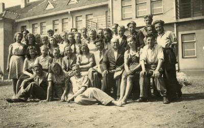 Biržų gimnazistai Likėnuose, pasibaigus mokslo metams. 1943