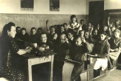 Butniūnų dvikomplektės mokyklos klasė. 1948