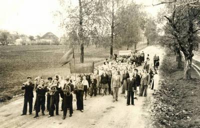 Poškėčių septynmetės mokyklos mokiniai demonstracijoje. 1949