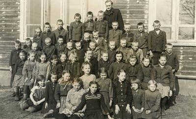 Poškėčių (Pakruojo r.) septynmetės mokyklos mokiniai. 1950