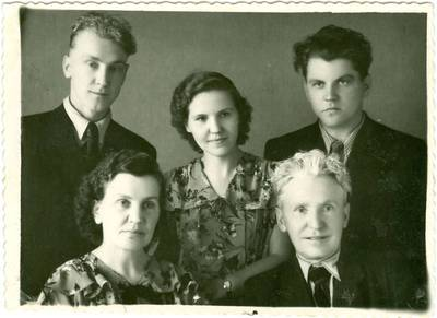 Nežinomas autorius. Tremtinių Rapkauskų šeima. 1975