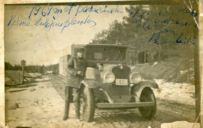 Nežinomas fotografas. Bolys Sabaitis prie Kelmės pieninės automobilio. 1930
