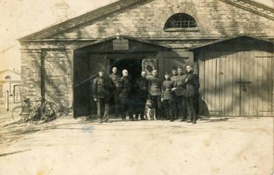 Nežinomas fotografas. Lietuvos karo aviacijos kariai prie parduotuvės. 1940