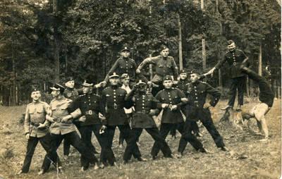 Nežinomas fotografas. Lietuvos karo aviacijos kariai sportuoja. 1940