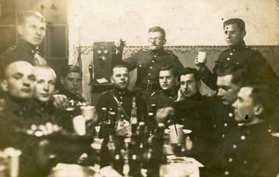 Nežinomas fotografas. Lietuvos karo aviacijos kariai laisvalaikiu. 1940