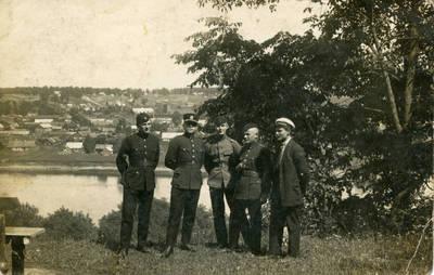 Nežinomas fotografas. Lietuvos karo aviacijos kariai ant upės kranto. 1940