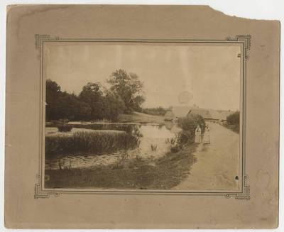 Nežinomas fotografas. Dvi moterys prie tvenkinio. 1900