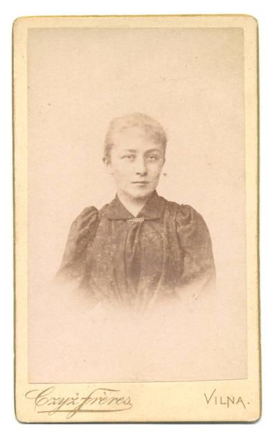 Brolių Čižų fotoateljė. Moters portretas. 1900