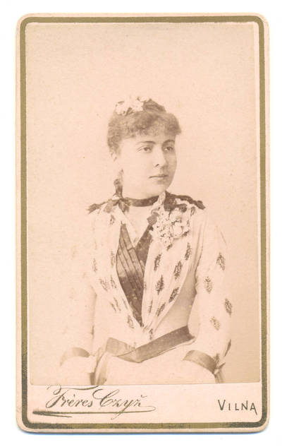 Brolių Čižų fotoateljė. Merginos  portretas. 1900
