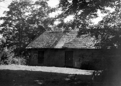 Nežinomas fotografas. Straupių sodybos klėtis, kurioje 1941–1944 m. slėpti žydai. 1960