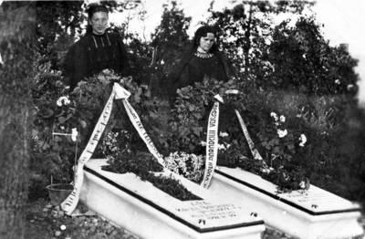 Nežinomas fotografas. Artimieji prie Rainių kankinių Boleslovo Korzos ir Vaclovo Pabarčiaus kapo. 1941-07-30
