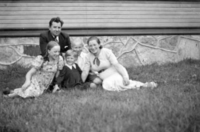 Nežinomas fotografas. Boleslovas ir Emilija Korzos su Birute Straupyte, Bronislava ir Kazimieru Girdvainiais prie Platelių mokyklos. 1938