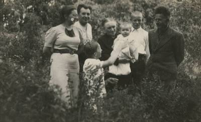 Nežinomas fotografas. Ieva Mačernienė su artimaisiais Šarnelėje. 1939