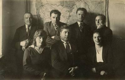 Nežinomas fotografas. Nevarėnų pašto viršininkas Boleslovas Korza ir nevarėniškiai su inspektoriumi. 1932