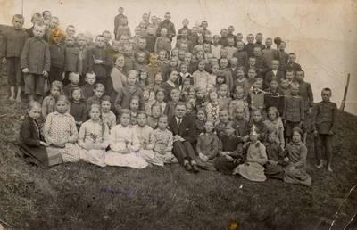 Nežinomas fotografas. Kartenos pradžios mokyklos mokiniai su mokytojais A. Dibisteriu, T. Urbaite ir V. Jesinevičiene išvykoje į gamtą. 1934