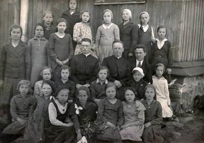 Nežinomas fotografas. Kartenos bažnyčios jaunosios choristės su klebonu, vikaru ir vargonininku. 1934