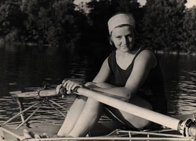 Nežinomas asmuo. Sportininkė Lima Banevičiūtė Trakuose. 1963