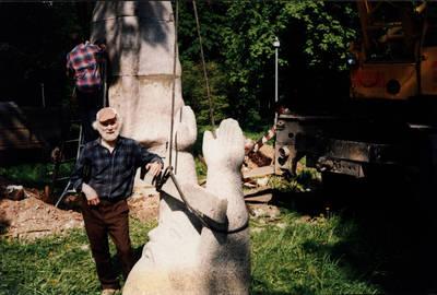 Nežinomas asmuo. Skulptorius Leonas Strioga prie paties sukurtos skulptūros Vaidila su varpu baigiamojo segmento. Raudondvario dvaro parkas 1996 m. 1996
