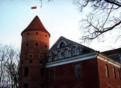 Nežinomas asmuo. Tautinė vėliava, iškelta Raudondvario pilies bokšte. 2008-11-13