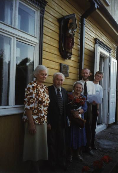 Nežinomas asmuo. Kazys Bradūnas D. ir Z. Kalesinskų liaudies amatų mokykloje. 1997-08-24