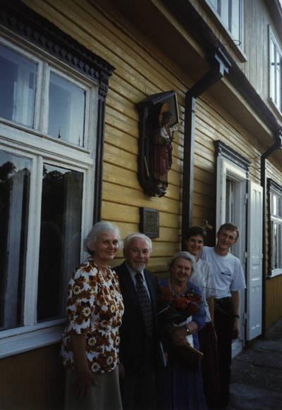 Zigmas Kalesinskas. Kazys Bradūnas D. ir Z. Kalesinskų liaudies amatų mokykloje. 1997-08-24