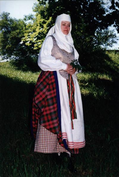 Arūnas Zalanskas. Biržietės tautinis kostiumas. D. ir Z. Kalesinskų liaudies amatų mokyklos studentės Ritos Ratkevičiūtės diplominis darbas. 1994-06-15