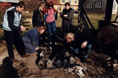 Rolandas Adomavičius. Juodosios keramikos darbų išėmimas D. ir Z. Kalesinskų liaudies amatų mokyklos kieme. 1975