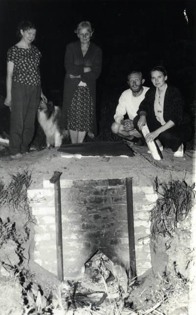 Arūnas Zalanskas. D. ir Z. Kalesinskų liaudies amatų mokyklos keramikos studentų I-asis juodosios keramikos darbų degimas. 1994