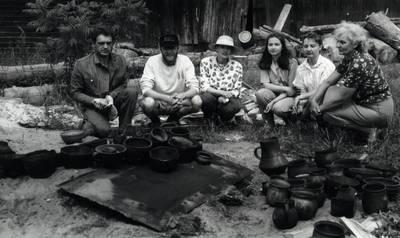 Arūnas Zalanskas. D. ir Z. Kalesinskų liaudies amatų mokyklos studentų I-asis juodosios keramikos darbų degimas. 1994