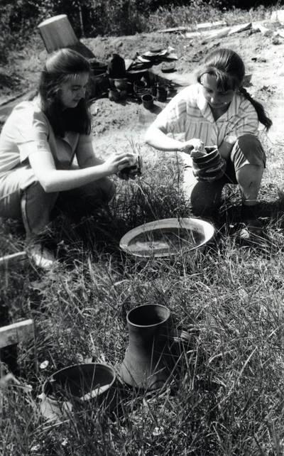 Arūnas Zalanskas. Juodosios keramikos puodų maudymas. D. ir Z. Kalesinskų liaudies amatų mokyklos kieme. 1994
