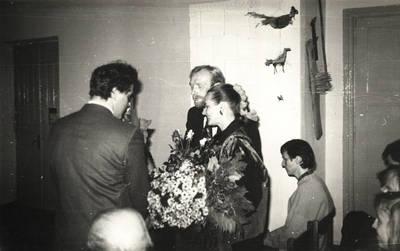 Arūnas Zalanskas. Vilkijos meras Arvydas Fridt sveikina Dalią ir Zigmą Kalesinskus liaudies amatų mokyklos atidarymo proga. 1991-10-14