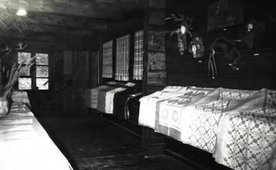 Nežinomas asmuo. Tautodailininkės Rozalijos Rimkutės tekstilės paroda A. ir J. Juškų etninės kultūros muziejuje. 1992-01