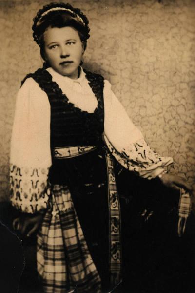 Nežinomas asmuo. Mergina, apsirengusi lietuvaitės tautiniu kostiumu. 1900