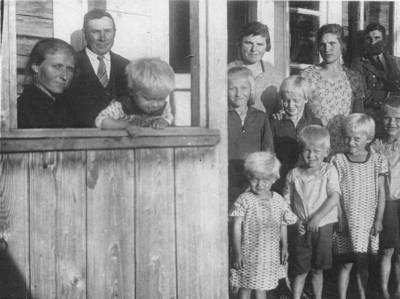 """Skaitmeninis vaizdas """"Antano Dovydaičio žmona Antanina Dovydaitienė su vaikais Višakio Rūdos valsč., Runkių kaime apie 1932-1933 metus"""". 2016"""