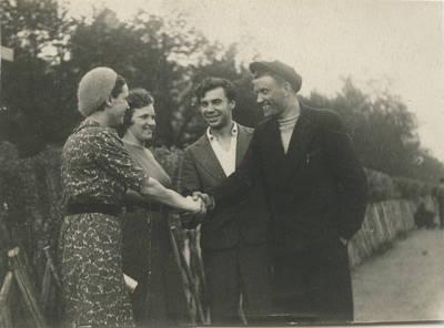 Autorius nežinomas. Atsitiktinė pažintis prospekte. Iš dešinės pirmas Liudgardas Maculevičius. ~1941 m.