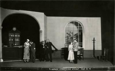 Valstybės teatro spektaklio nuotrauka. S. Kapnys. TRAUKINYS EINA
