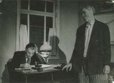 Kauno valstybinio dramos teatro spektaklio nuotrauka. P. Gelbachas, J .Kašnickis. TAIP PRASIDEDA GYVENIMAS. 1950 03 11