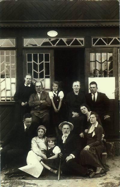 Fotografija. Prie Valeikų namo. 1930