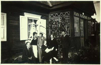 Fotografija. Malvina Valeikienė ir Matas Valeika su bičiuliais prie savo namo gonkų