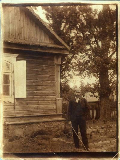 Fotografija. Vaistininkas Matas Valeika prie savo namų